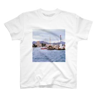 ギリシャ:小型帆船が舫うエギナ島の波止場の風景写真 Greece: Small ships at Egina Is.  T-shirts
