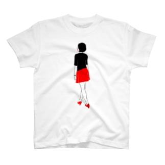 赤いミニスカートの女の子 T-shirts