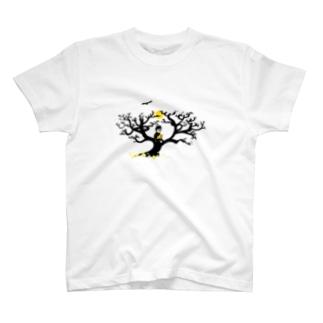 サバンナの木の上の猫と男 T-shirts
