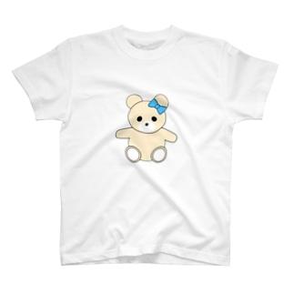 青いリボンを付けたしろくまのぬいぐるみ T-shirts