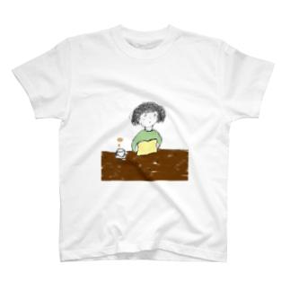 本とコーヒー T-shirts