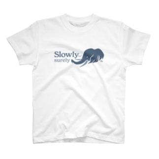 着実に進むゾウ T-shirts