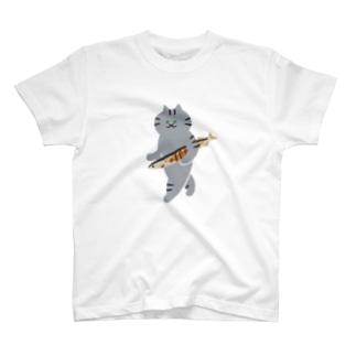 SUIMINグッズのお店の【大】盗んだ焼サンマと歩き出す猫 T-shirts