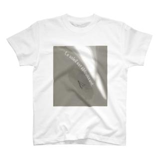 oka__のLe soleil est éblouissant T-Shirt