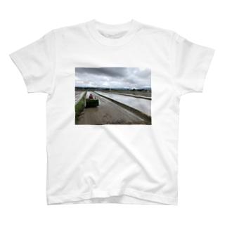 りんご農家の曇天田植え T-Shirt