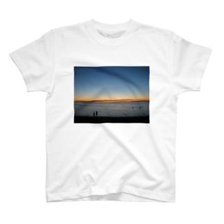 クリスマスの夜9時頃のメルボルンビーチ T-shirts