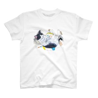 寝そべる白黒猫くんくん T-Shirt