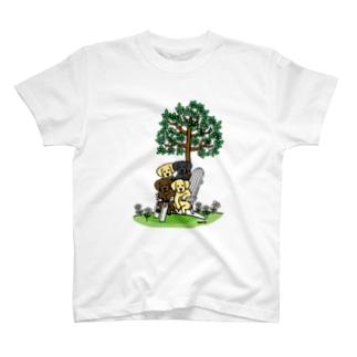 お庭でラブラドール T-Shirt