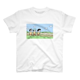 どっか行く途中の田舎の少年3人 T-shirts