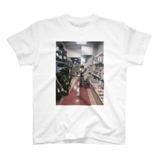 ベーマガを立ち読みするメイドのTシャツ T-shirts
