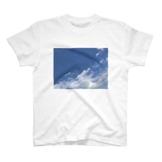 窓から見る6月の青空 T-shirts