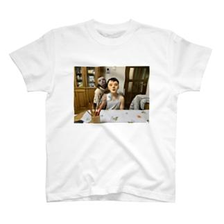 おばあちゃん家に佇む仮面家族 T-shirts