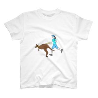 カンガルーとジョギングする人 T-shirts