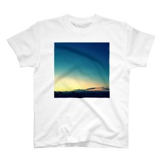 夜明けの空 T-shirts
