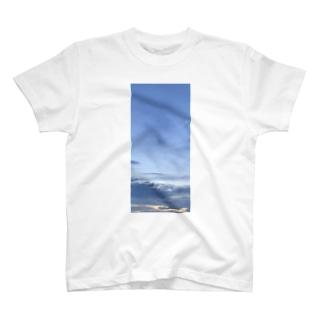 もうすぐ夜になる夕暮れ時 T-Shirt