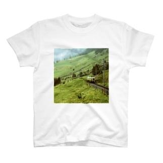スイス:WABの登山電車が見える山岳風景 Switzerland: WAB train in mountainside T-Shirt