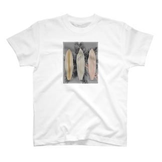 サーフボードと椰子の木[モノクロ] T-Shirt