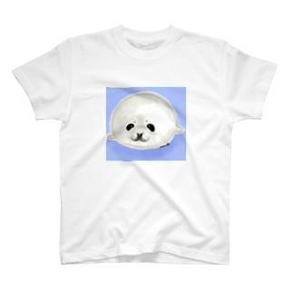 ベビーアザラシ背景あり T-Shirt