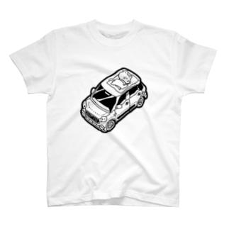 車の上でお昼寝をする猫 T-shirts