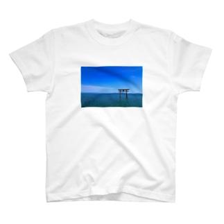 水面・青空・鳥居 T-shirts