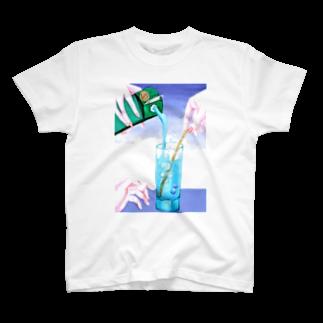 くまきちアイテムのドリンクを注ぐ T-shirts