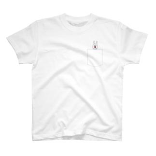 ウサギのウー by NIKUQ WORKSのウサギのウーのポケTに見せかけたもの T-shirts