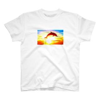 HacksBackの夕陽のイルカジャンプ T-Shirt