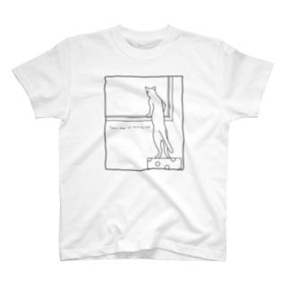 窓の向こうを覗きこむ猫 T-shirts