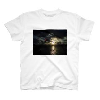 なぞの飛行物体 T-shirts