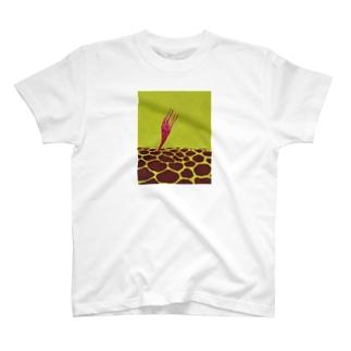 キリンがつきささる T-shirts