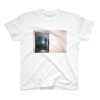 窓の外 T-shirts