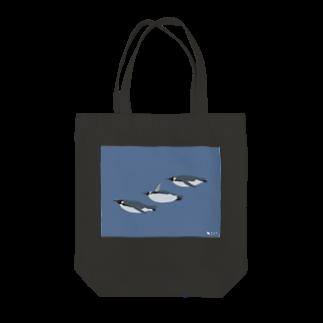 飛べない鳥のコウテイペンギン Tote bags