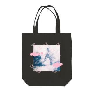 鳥が飛んでる Tote bags