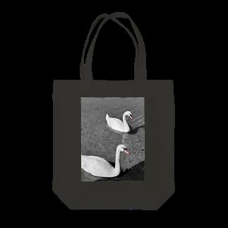 ずぶのしろうとの2羽の白鳥 Tote bags