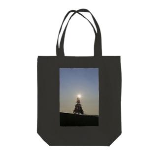 木の天辺にヒカリ Tote bags