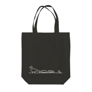 歩くカルガモの親子 白線 Tote bags