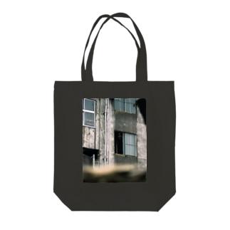 窓の女 Tote bags