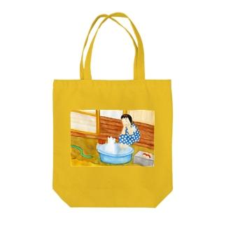 シロと歩けば 初夏 Tote bags
