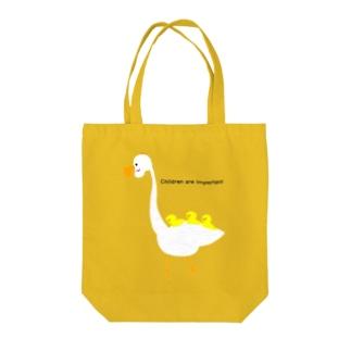 鳥と子供三羽 Tote bags