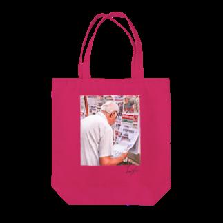IzXu.のNewspaper/pink Tote bags