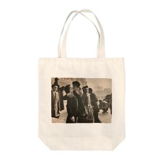 パリ市庁舎前のキス Tote bags