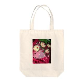 ホワイトストロベリー Tote bags