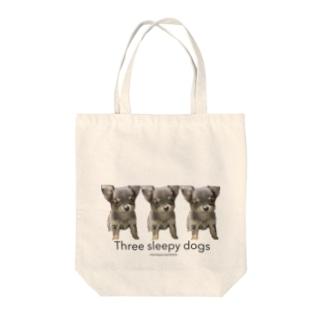 3匹の眠たい犬 Tote bags