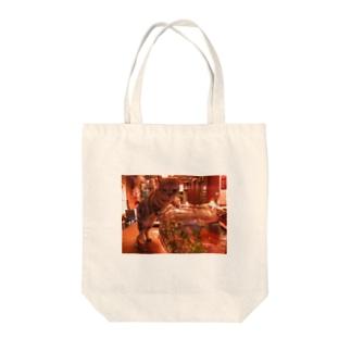 金魚を狙う猫 Tote bags