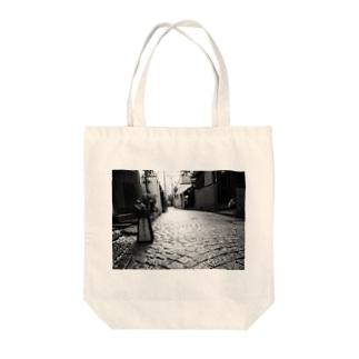 神楽坂の路地裏 Tote bags