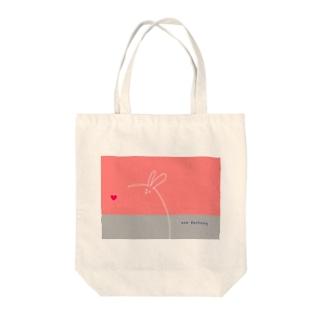 ピンク デカうさ Tote bags