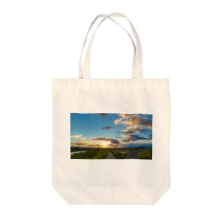 春の夕焼け Tote bags