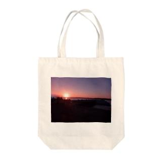 夕べの海岸線 Tote bags