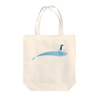 氷とペンギン(1羽) Tote bags