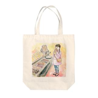 パン屋で頬張る女の子 Tote bags